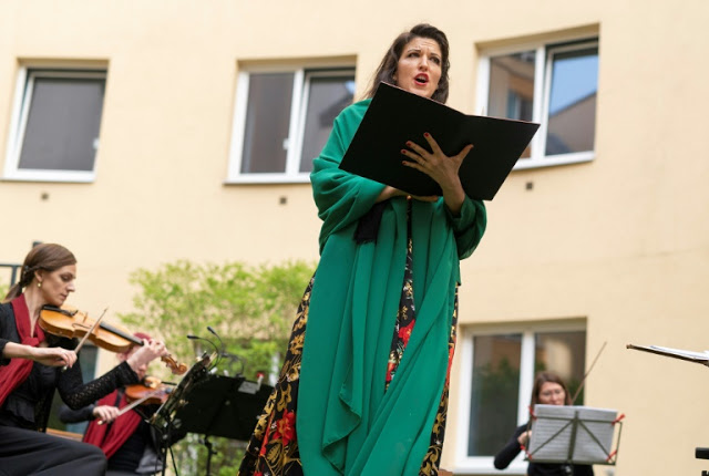 This time Opera returned to Vienna with the hotel 'Window Concert'.