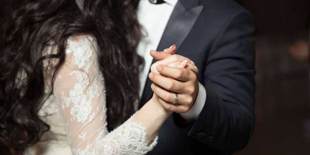 Look Dashing Complementing Your Wedding Band and Wedding Dress